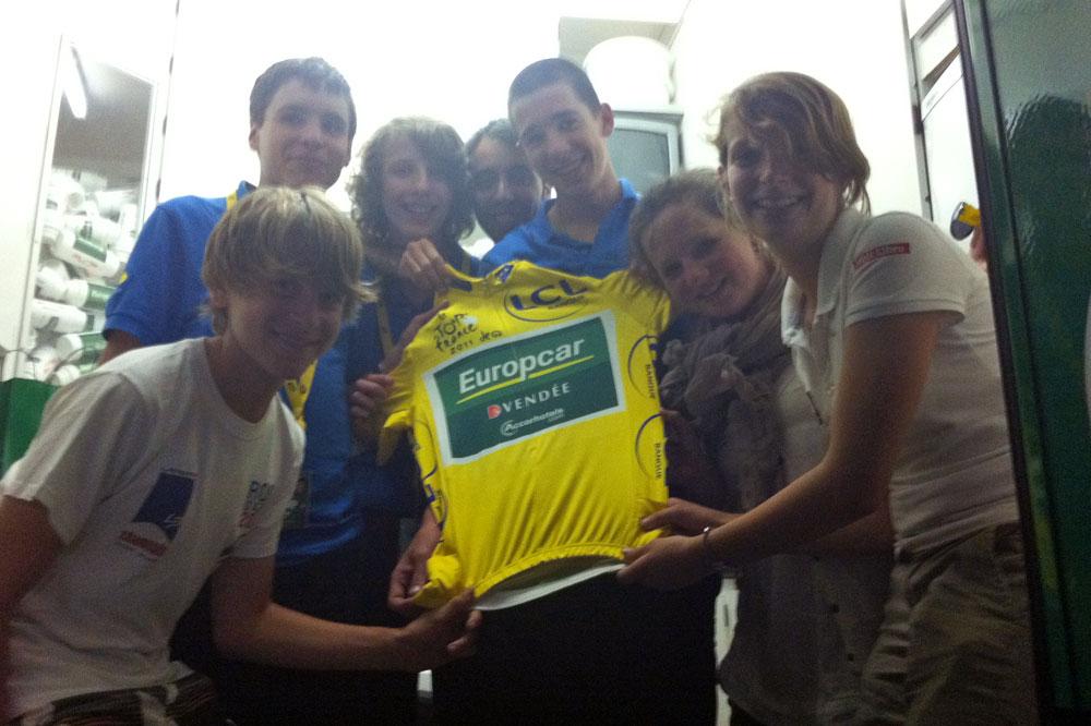 Avec ses amis des Jeunes Reporters du Tour 2011, Théo Conte touche le maillot jaune de Thomas Voeckler