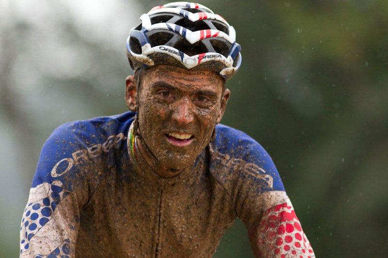Julien Absalon prend un bain de boue