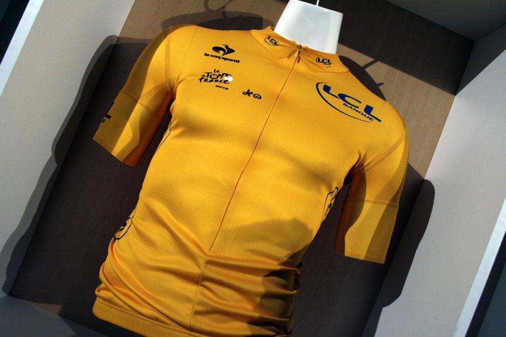 Le nouveau maillot jaune du Tour de France, conçu par le coq sportif