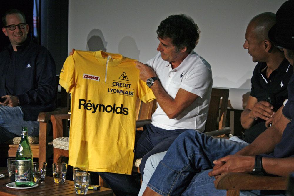 Pedro Delgado regarde avec nostalgie le dernier maillot jaune du coq sportif, reçu sur le podium du Tour 1988