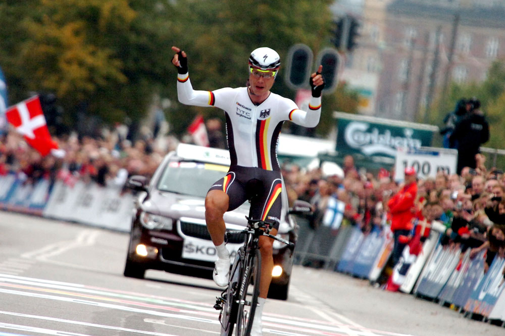 Avec un brin d'insolence, Tony Martin dresse deux bras en l'air à Copenhague