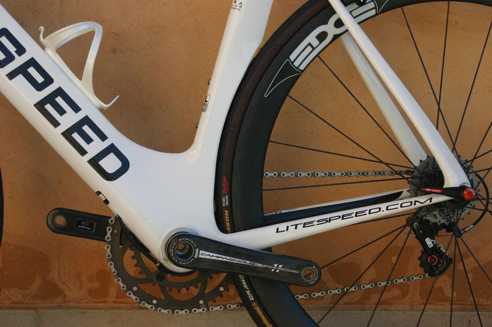 Un vélo aérodynamique au look contre-la-montre