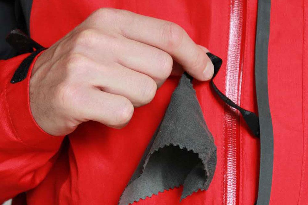 Une poche poitrine avec ouverture pour écouteurs et essuie-lunette incorporés