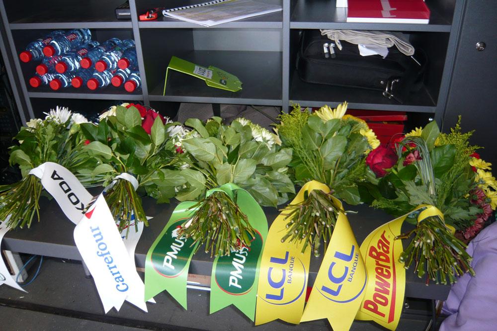 Les bouquets attendent leurs destinataires à l'arrière du podium du Tour