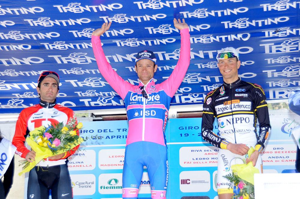 Michele Scarponi sur la plus haute marche du podium au Trentin