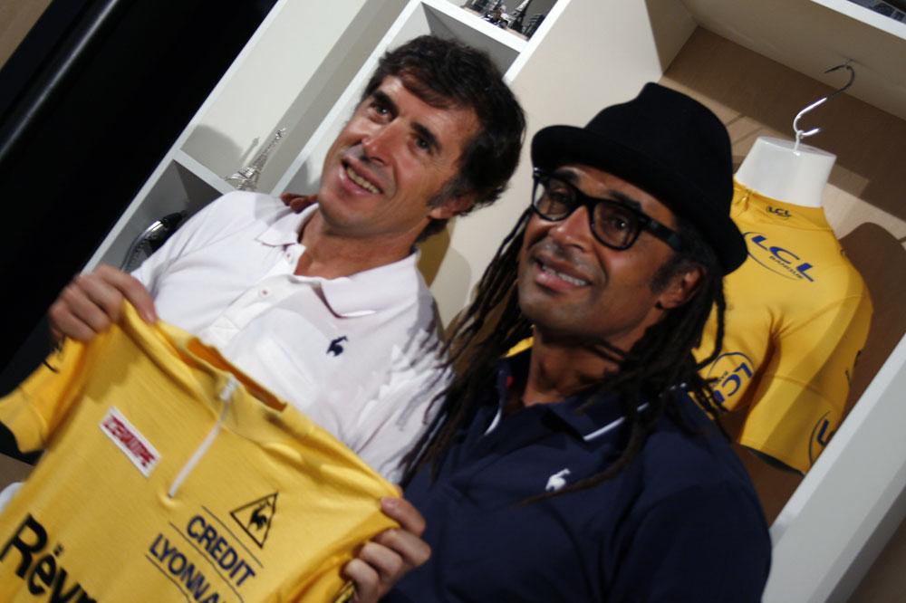 Yannick Noah aux côtés du dernier Maillot Jaune parrainé par le coq sportif, Pedro Delgado