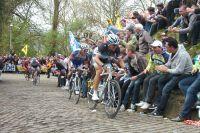 Dans le Mur de Grammont, Sylvain Chavanel résiste à Fabian Cancellara mais déjà Philippe Gilbert ramène une partie du peloton