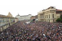 Un extraordinaire engouement populaire sur la Piazza Castello pour l'ouverture du Giro 2011