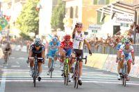 Mark Cavendish triomphe d'un peloton réduit à sept coureurs sur la ligne