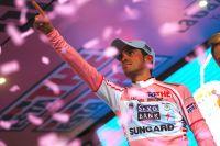 Alberto Contador pointe un doigt vers le ciel, où repose à présent Xavier Tondo