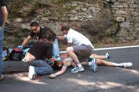 Les bras en croix, Wouter Weylandt git inanimé malgré les efforts du service médical