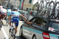 Brassard noir au bras gauche, Kevin Seeldrayers manifeste son soutien au Team Leopard-Trek