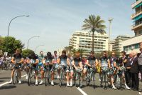 Au départ de la 4ème étape du Giro, les Leopard-Trek se recueillent à la mémoire de Wouter Weylandt