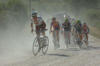 John Gadret démarre dans la poussière des strade bianche, Pieter Weening lui emboîte le pas