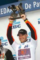 Sebastien Rosseler brandit le trophée de vainqueur des Trois Jours de La Panne