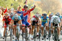 Mark Cavendish règle tout le peloton des Mondiaux au sprint pour devenir champion du monde