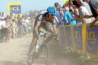 Au Carrefour de l'Arbre, Johan Van Summeren accélère et se détache dans la poussière