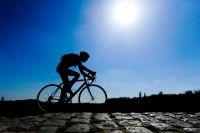 Sous le soleil, les pavés de Roubaix brillent
