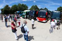 Les bus des équipes arrivent petit à petit