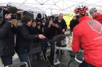 La presse est présente sur le vélo et en dehors pour recueillir les premières impression