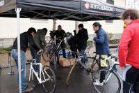 Avant le départ chaque vélo est inspecté pour anticiper un souci mécanique ou une crevaison