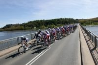 Le peloton traverse la Loire