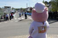 Ferdinand la mascotte du Circuit de la Sarthe attend les coureurs