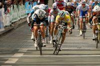 Michel Kreder  saute Daniele Bennati sur la ligne d'arrivée