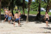 Une partie de foot s'improvise sur la plage