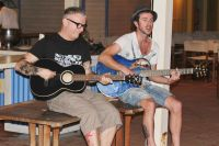 Giovanni Bernaudeau accompagne San Severino à la guitare