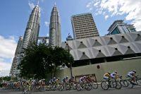 Le peloton au pied des tours jumelles Petronas de Kuala Lumpur