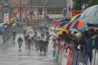 Un sprint périlleux sur route inondée