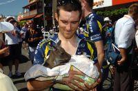 Romain Feillu berce un bébé kangourou
