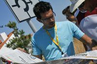Fran Contador étudie les grands titres de la presse