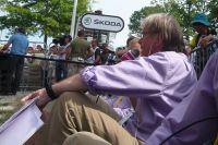 Assis au pied du podium, Daniel Mangeas commente la cérémonie de remise des prix