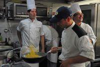En cuisine, un chef italien prépare les pâtes pour l'ensemble des coureurs du Tour de France