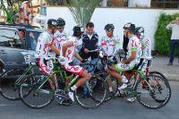 L'équipe Colombienne EPM-Une autour de leur directeur sportif