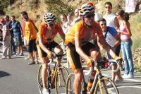 Igor Anton aidé par Gorka Verdugo dans la montée vers la Sierra Nevada