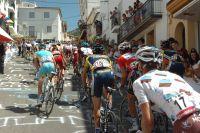 Le peloton de la Vuelta se présente face à un mur à Valdepenas de Jaen