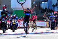 Au sommet de Peña Cabarga, Chris Froome trouve juste la force de lever les bras devant un Juan-José Cobo vidé