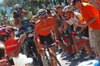 Igor Anton se fraie un chemin entre ses supporters basques