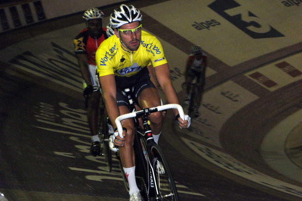 Le champion du monde de l'américaine, Deketele,  en jaune à Grenoble