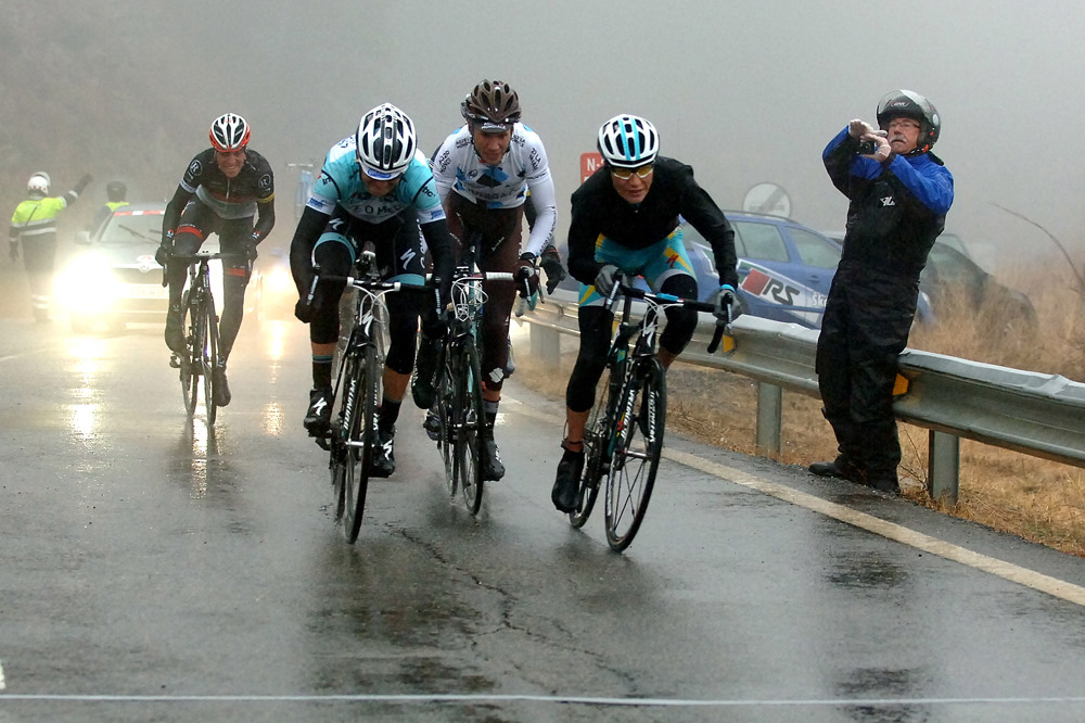 Dans la brume surgit une ligne d'arrivée tracée à la hâte, Janez Brajkovic est le premier à l'atteindre