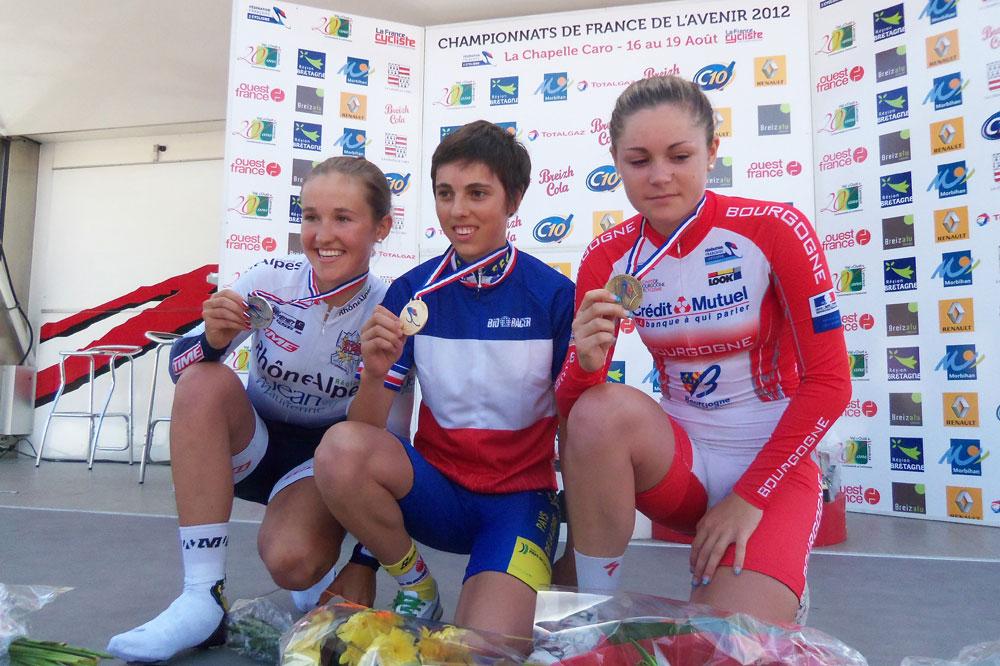 Marine Strappazzon et Manon Bourdiaux entourent Séverine Eraud