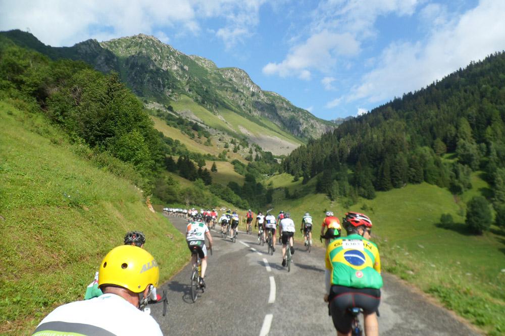 Un cortège de cyclistes à l'assaut des cimes