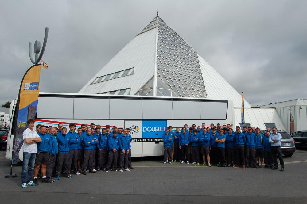 Les équipiers Doublet devant leur lieu de vie durant le Tour