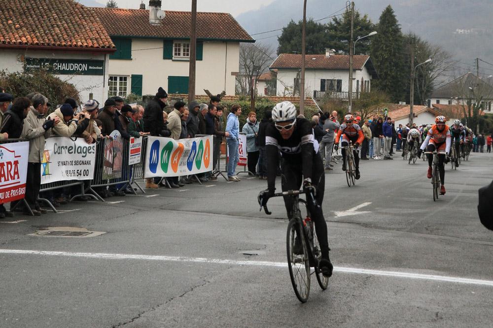 Maillot neutre sur le dos, Dimitri Le Boulch empoche la Ronde du Pays Basque