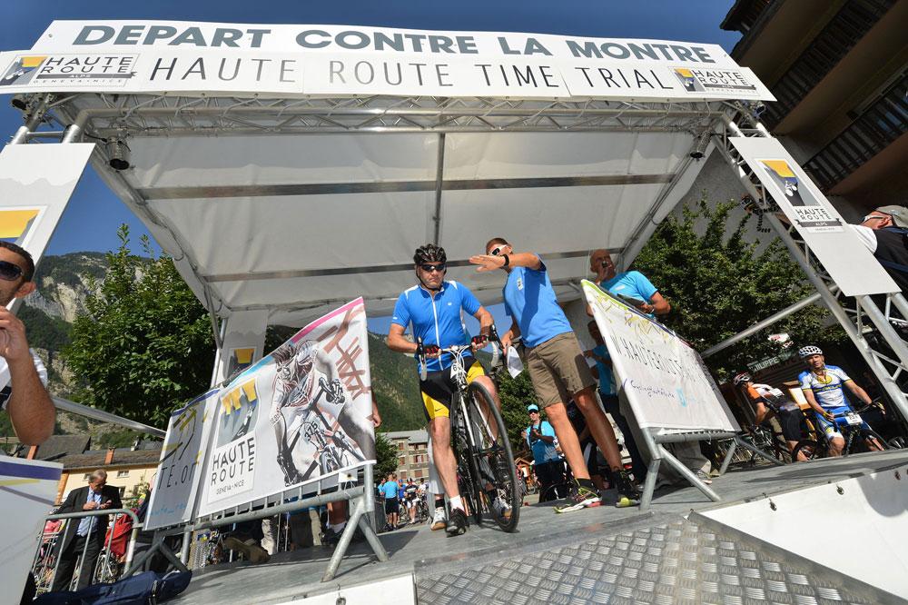 Les coureurs s'élancent toutes les 10 secondes à l'assaut de l'Alpe d'Huez