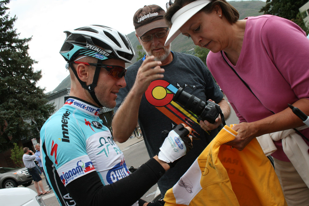 Levi Leipheimer dédicace un maillot jaune