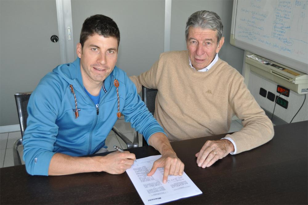 Martin Gujan signe le contrat qui le lie au team TX Active-Bianchi présidé par Felice Gimondi